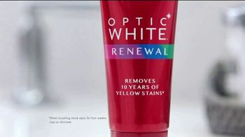 Colgate Optic White Renewal TV Spot, 'New Year's Eve Nostalgia' - Thumbnail 3