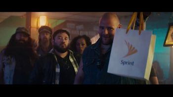 Sprint TV Spot, 'Roadside Bar Galaxy: Galaxy S10' con Prince Royce [Spanish] - Thumbnail 4