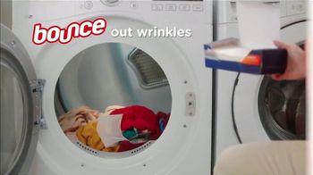 Bounce Wrinkle Guard TV Spot, 'World's First Mega Sheet' - Thumbnail 5