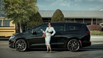 Chrysler Presidents Day Event TV Spot, 'School Drop-Off' Featuring Kathryn Hahn [T2] - Thumbnail 2