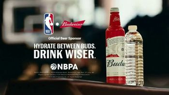 Budweiser TV Spot, 'Make the Right Call. Drink Wiser' Featuring Anthony Anderson, Danny Green - Thumbnail 9