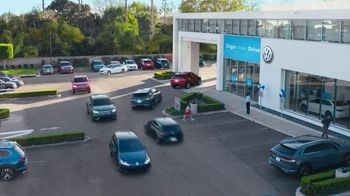 Volkswagen Evento de Primavera Not So Standard Sign Then Drive TV Spot, 'Celebrando' [Spanish] [T2] - Thumbnail 1