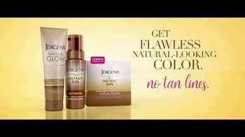 Jergens Natural Glow TV Spot, 'No Tan Lines: Tanning Towelette' Featuring Leslie Mann - Thumbnail 7