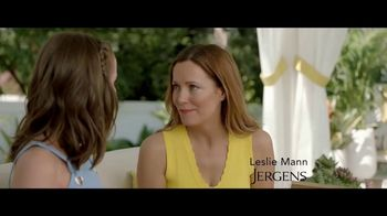 Jergens Natural Glow TV Spot, 'No Tan Lines: Tanning Towelette' Featuring Leslie Mann - Thumbnail 1