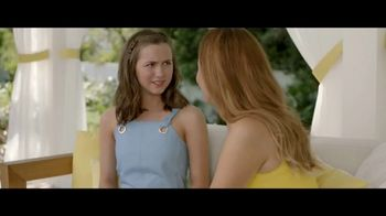 Jergens Natural Glow TV Spot, 'No Tan Lines: Tanning Towelette' Featuring Leslie Mann - Thumbnail 3