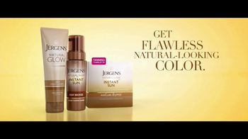 Jergens Natural Glow TV Spot, 'No Tan Lines: Tanning Towelette' Featuring Leslie Mann - Thumbnail 6