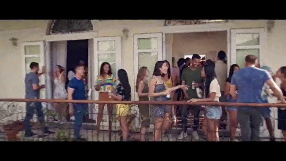 Corona Hard Seltzer TV Commercial, 'Para buenos momentos en todas partes' canci??n de Pete Rodriguez