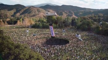 Snickers TV Spot, '#SnickersFixTheWorld: Coffee Name' con Luis Guzmán [Spanish] - Thumbnail 9