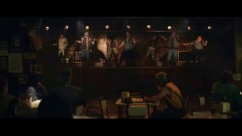 Sprint TV Spot, 'Holidays: Roadside Bar: Galaxy S10' con Prince Royce [Spanish] - Thumbnail 9