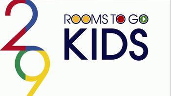 Rooms to Go Kids Venta de Aniversario TV Spot, 'Cama Twin' canción de Junior Senior [Spanish] - Thumbnail 1