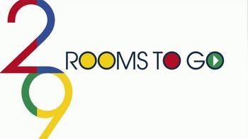 Rooms to Go Venta de Aniversario TV Spot, 'Dormitorio de cinco piezas: $888 dólares' canción de Junior Senior [Spanish] - Thumbnail 1