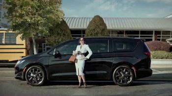 2020 Chrysler Pacifica TV Spot, 'School Drop-Off' Featuring Kathryn Hahn [T2] - Thumbnail 1