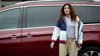 2020 Chrysler Pacifica TV Spot, 'School Drop-Off' Featuring Kathryn Hahn [T2] - Thumbnail 3