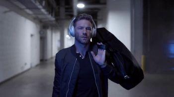 Bose Noise Cancelling Headphones 700 TV Spot, 'Heads Up Play: Julian Edelman' Song by Saint B & The Feeling - Thumbnail 8