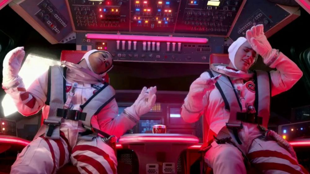Olay: Teaser: Make Space for Women: Serum in Space