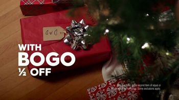 Famous Footwear TV Spot, 'Holiday Dinner Table: BOGO' - Thumbnail 8