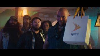 Sprint Ofertas de Black Friday TV Spot, 'Roadside Bar: S10' con Prince Royce [Spanish] - Thumbnail 3
