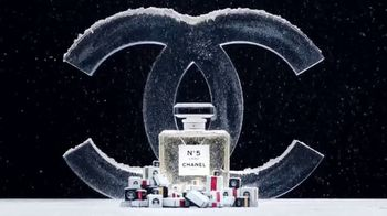 Chanel No. 5 L'EAU TV Spot, 'Crystal Snow Globe' Featuring Lily-Rose Depp - Thumbnail 1