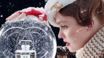 Chanel No. 5 L'EAU TV Spot, 'Crystal Snow Globe' Featuring Lily-Rose Depp - Thumbnail 2
