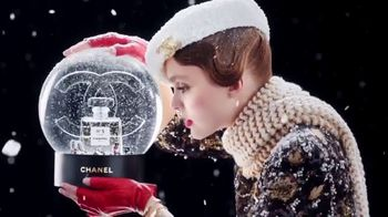 Chanel No. 5 L'EAU TV Spot, 'Crystal Snow Globe' Featuring Lily-Rose Depp - Thumbnail 3