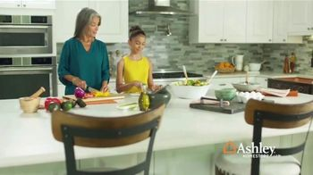 Ashley HomeStore TV Spot, 'Una familia unida' [Spanish] - Thumbnail 1