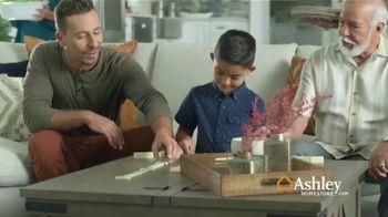 Ashley HomeStore TV Spot, 'Una familia unida' [Spanish] - Thumbnail 3