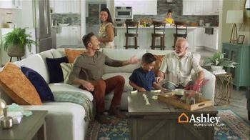 Ashley HomeStore TV Spot, 'Una familia unida' [Spanish] - Thumbnail 4