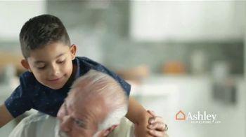 Ashley HomeStore TV Spot, 'Una familia unida' [Spanish] - Thumbnail 5