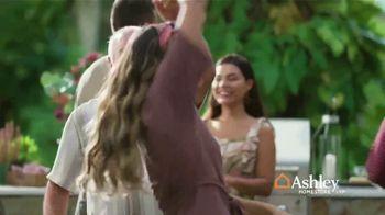 Ashley HomeStore TV Spot, 'Una familia unida' [Spanish] - Thumbnail 7