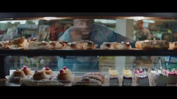Chase Freedom Unlimited Card TV Spot, 'With Freedom Unlimited, You're Always Earning at the Bakery' Featuring Kevin Hart - Thumbnail 9