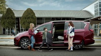 Chrysler Pacifica TV Spot, 'No Matter How You Parent: School Drop-Off' Featuring Kathryn Hahn [T1] - Thumbnail 8