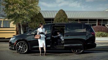 Chrysler Pacifica TV Spot, 'No Matter How You Parent: School Drop-Off' Featuring Kathryn Hahn [T1] - Thumbnail 9
