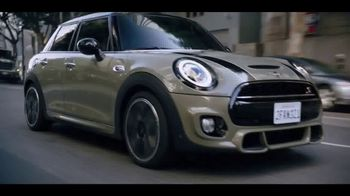 MINI USA Hardtop 4 Door TV Spot, 'Explore More Corners: In the City' Song by Jamie N Commons [T2]