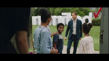 Verizon Unlimited TV Spot, 'Big Scoop: $300 Off' Feat. Thomas Middleditch - Thumbnail 7
