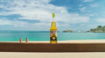 Corona Extra TV Spot, 'Take It From Summer' [Spanish] - Thumbnail 2