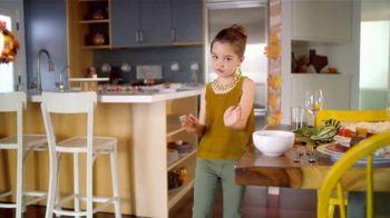 H-E-B Meal Simple TV Spot, 'Holiday Magic Friendsgiving' - Thumbnail 2