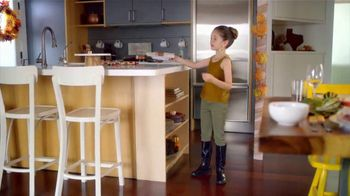 H-E-B Meal Simple TV Spot, 'Holiday Magic Friendsgiving' - Thumbnail 3
