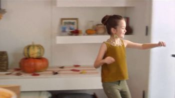 H-E-B Meal Simple TV Spot, 'Holiday Magic Friendsgiving' - Thumbnail 6