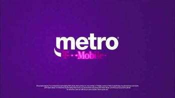 Metro by T-Mobile TV Spot, 'Holiday Gifts' Song by Usher - Thumbnail 7