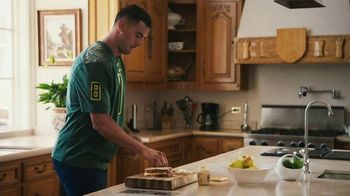Nissan TV Spot, 'Heisman House: Sandwich' Ft Baker Mayfield, Marcus Mariota [T1] - Thumbnail 3