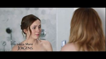 Jergens Wet Skin Moisturizer TV Spot, 'Locked' Featuring Leslie Mann - Thumbnail 2