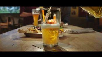 Buffalo Wild Wings Gameday Menu TV Spot, 'Un amigo que te debe' [Spanish] - Thumbnail 1