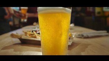Buffalo Wild Wings Gameday Menu TV Spot, 'Un amigo que te debe' [Spanish] - Thumbnail 2