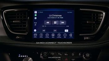 2018 Chrysler Pacifica TV Spot, 'Let's Do This: Caroling' Featuring Kathryn Hahn [T2] - Thumbnail 3