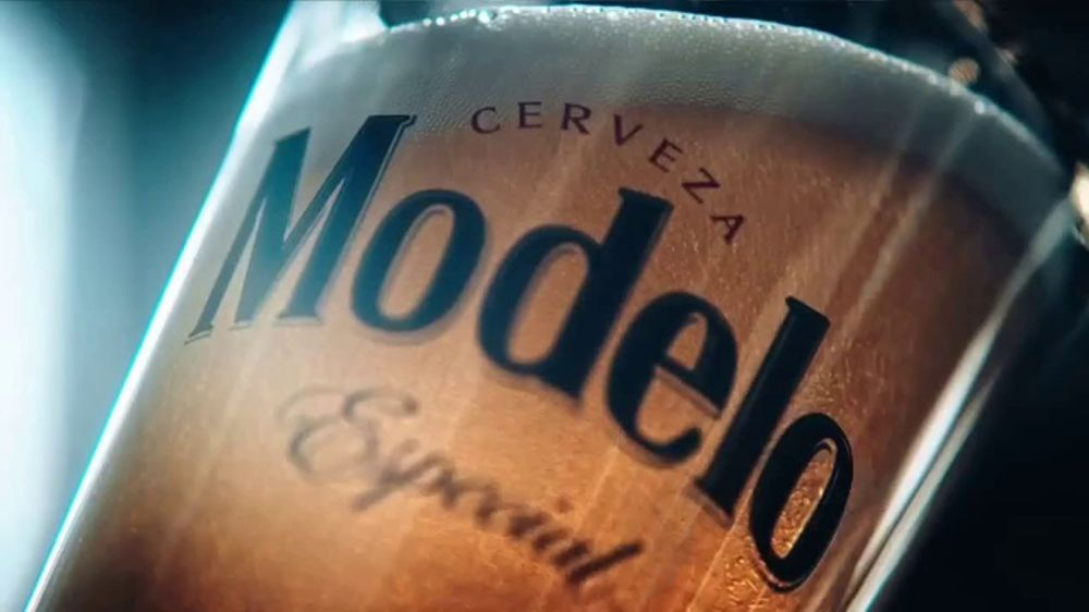 Modelo TV Commercial, 'Hispanic Football Greats Fighting to Pave the Way'