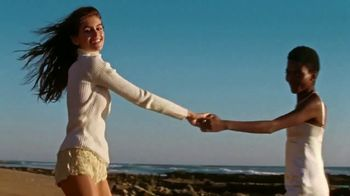 Marc Jacobs Daisy Love TV Spot, 'Beach' Ft Kaia Gerber, Song by Sonic Youth - Thumbnail 4