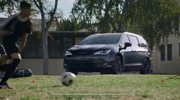 Chrysler Pacifica S TV Spot, 'Soccer Practice: How We Do It' Featuring Kathryn Hahn, Song by Montell Jordan [T1] - Thumbnail 1