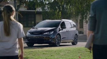 Chrysler Pacifica S TV Spot, 'Soccer Practice: How We Do It' Featuring Kathryn Hahn, Song by Montell Jordan [T1] - Thumbnail 8