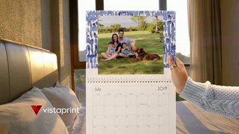 Vistaprint Holiday Cards & Wall Calendars TV Spot, 'Holiday Cheer: Photo Gifts' - Thumbnail 4