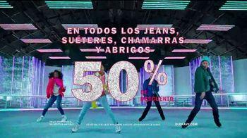 Old Navy TV Spot, 'Llega patinando a las fiestas' [Spanish] - Thumbnail 6